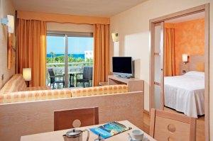 2-romsleiligheter (ca. 40 m²) med soverom, oppholdsrom og balkong.
