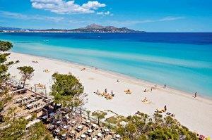 Stranden i Alcudia har hvit, finkornet sand og er langgrunn, bred og over en mil lang.