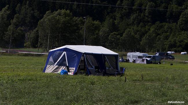 Første teltet er kommet opp på sletta.